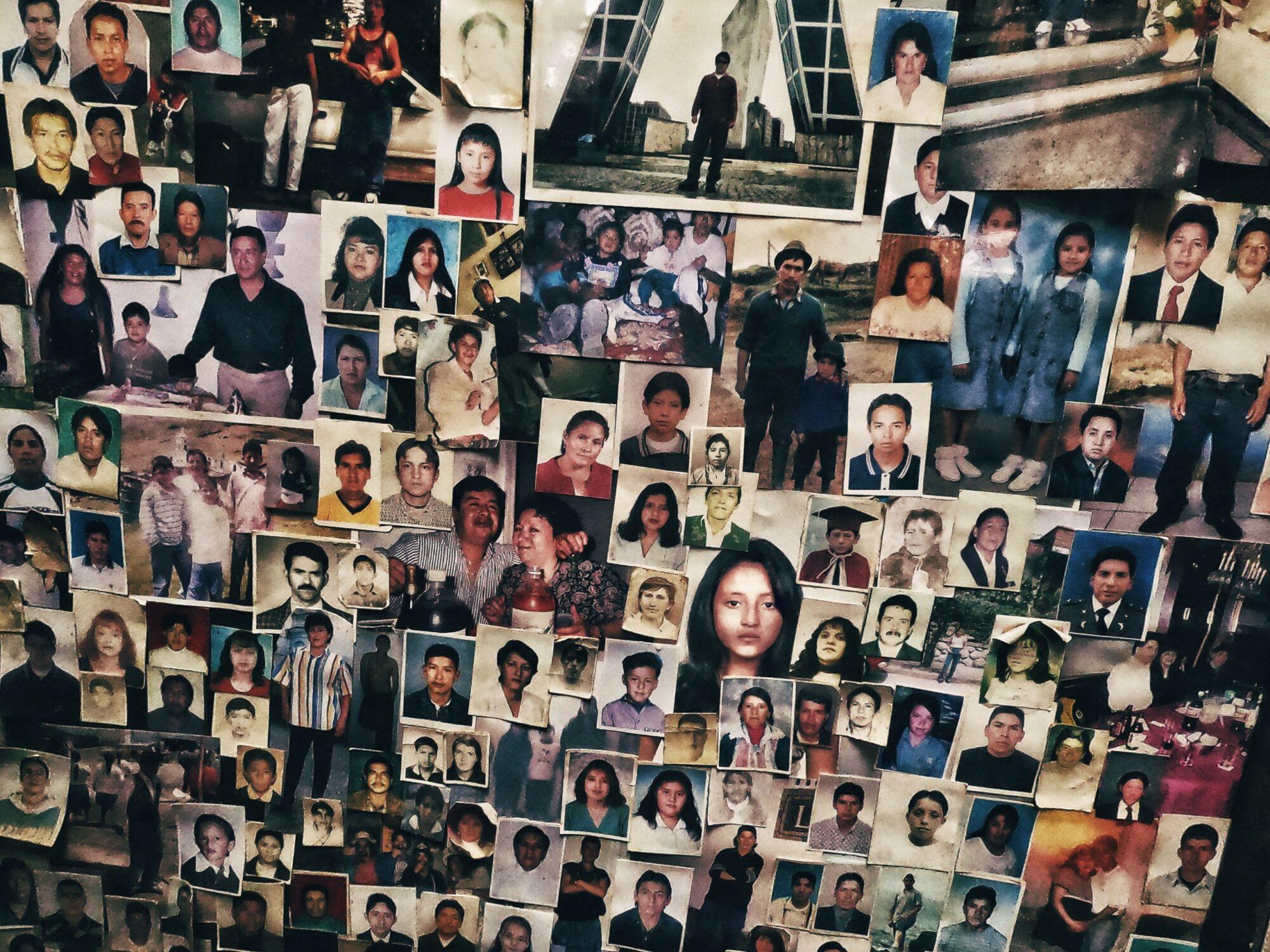 Fotos de migrantes ecuatorianos que dejan como ofrenda y pedido de protección al Señor de Andacohca, Guachapa, Azuay