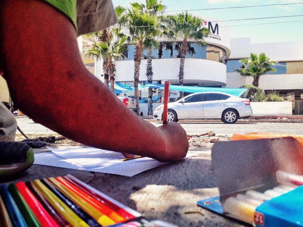 Mientras esperábamos las primeras negociaciones con el INM, dibujábamos al otro lado de la avenida. Protesta en el INM. Elisa Colares (Hermosillo, Sonora, México, 2018).