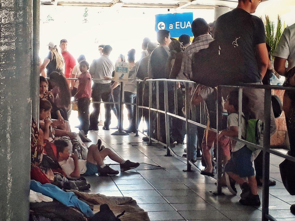 Mientras Kevin, Natalie y su familia seguían con dudas por que garita pasar, la garita en Nogales estaba llena de migrantes (gran parte de ellos de Guatemala) de un lado y del otro lado los turistas y mexicanos que atravesaban para los EEUU. Elisa Colares (Nogales, Sonora, México, 2018)