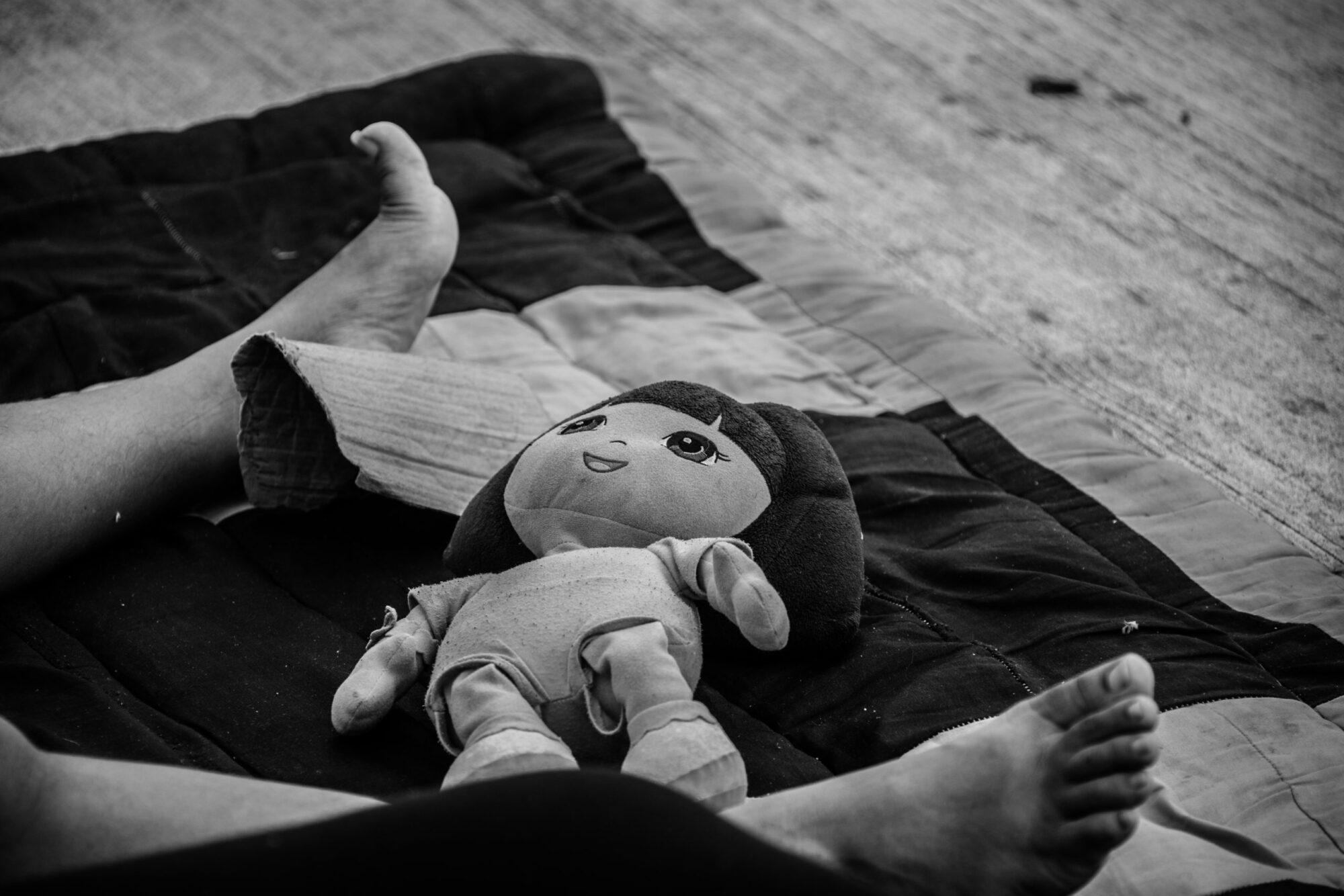 Muchos niños, niñas y adolescentes centroamericanos migraron en las Caravanas de 2018 contra su voluntad, pues sus padres los llevaron de manera obligada. (Luis Kelly. Campamento migrante en las calles de Ciudad Hidalgo, Chiapas.)