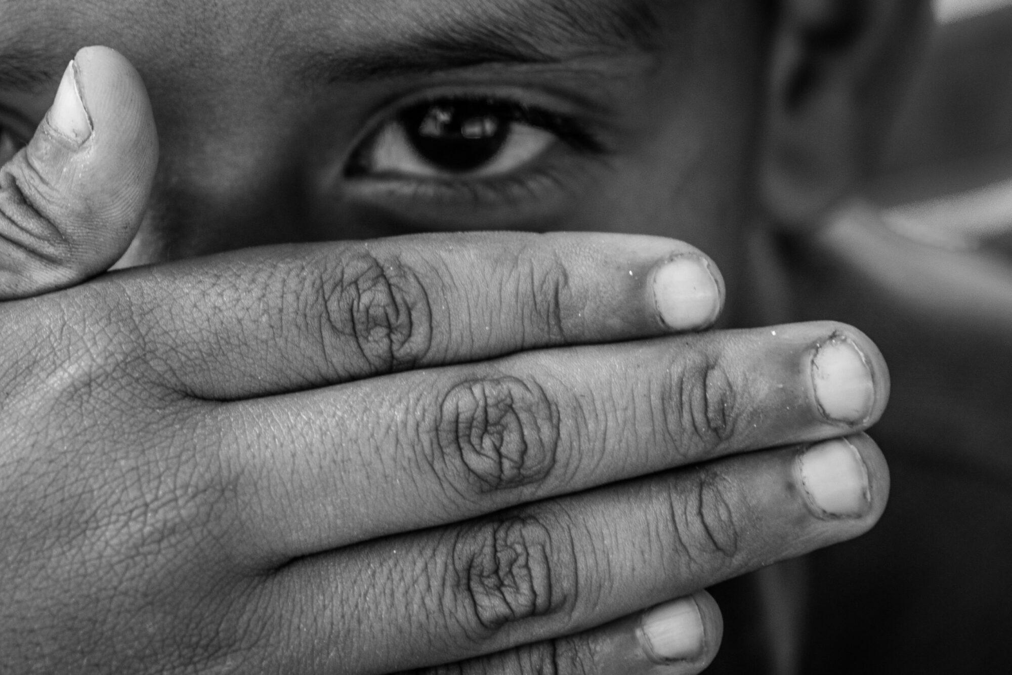 Las niñas, niños y adolescentes merecen acceder al refugio y la protección internacional cuando emigran por razones de sobrevivencia o si lo hacen no acompañados (Luis Kelly. Campamento migrante en las calles de Ciudad de México).