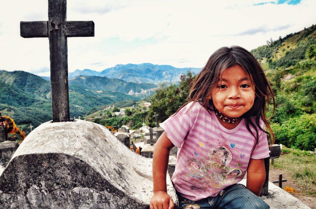Carolina en el panteón de su pueblo durante la celebración de Día de Muertos, una de las más importantes para el pueblo na savi (mixteco) de la Montaña de Guerrero.