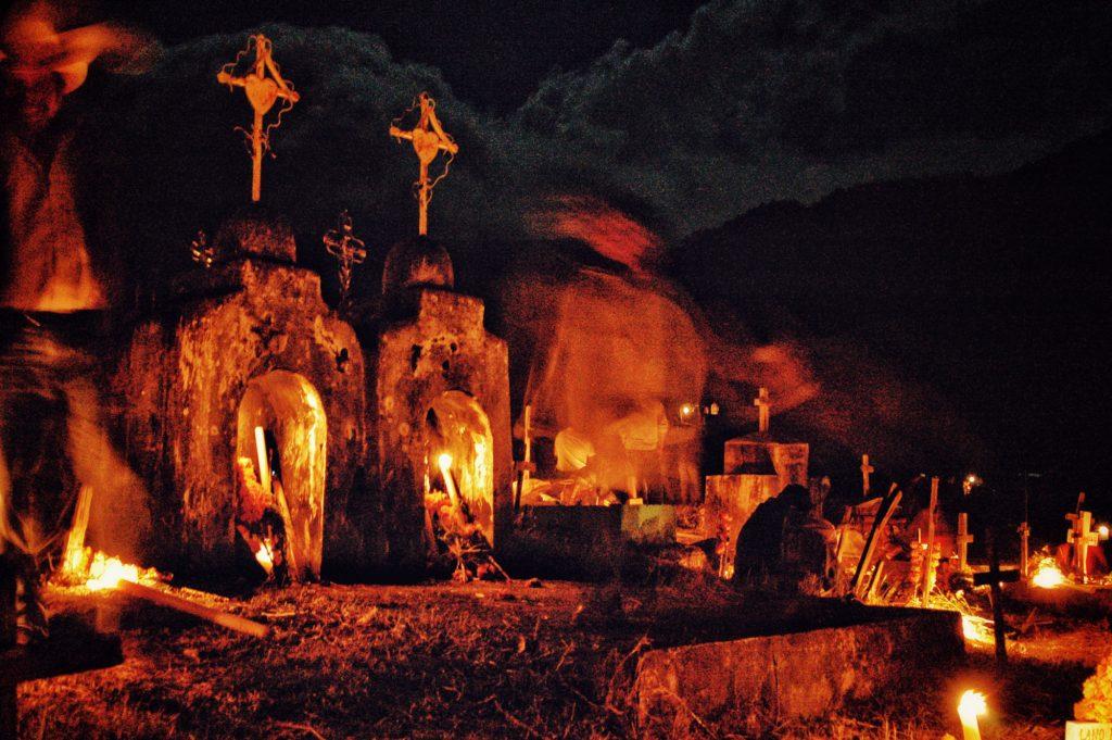 Durante la celebración de Día de Muertos, los habitantes de Atzompa realizan velaciones en las tumbas de sus familiares y seres queridos. Niñas y niños son participantes activos de los ritos y festejos que se llevan a cabo durante cuatro días.